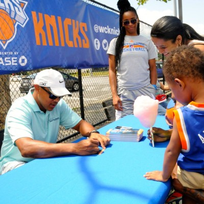 NY Knicks Legend John Starks signs an autograph for a fan